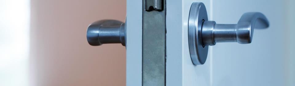 zijkant van deur met zichtbaar slot